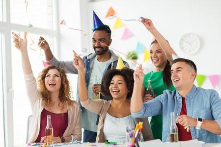 gelukkig team met confetti op kantoor verjaardagspartij