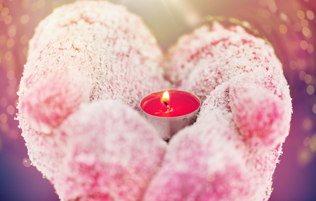 겨울 휴가, 크리스마스와 사람들이 개념 - 손에 들고 차를 들고 차 촛불 야외 닫습니다