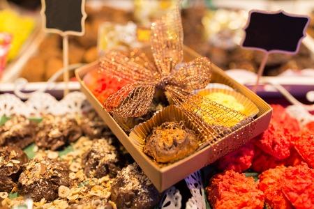 판매 및 식품 개념 - 공예품 과자 및 쿠키 크리스마스 시장 마구간
