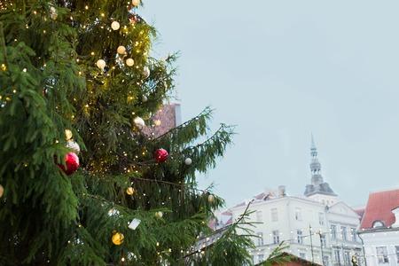 공휴일 및 장식 개념 - 탈린에서 오래 된 타운 홀 광장에서 자연 크리스마스 트리 닫습니다