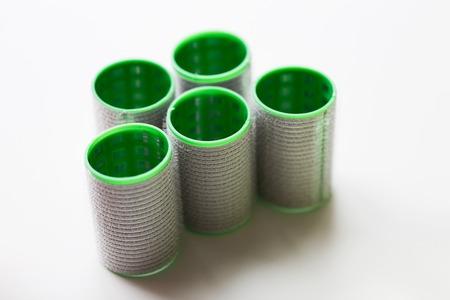 머리 도구, 아름다움과 미용 개념 - 녹색 curlers 또는 흰색 배경에 롤러 스톡 콘텐츠