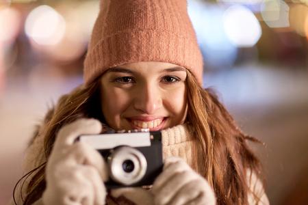 休日、写真と人々 のコンセプト - クリスマスにカメラで美しい幸せな若い女のクローズ アップ