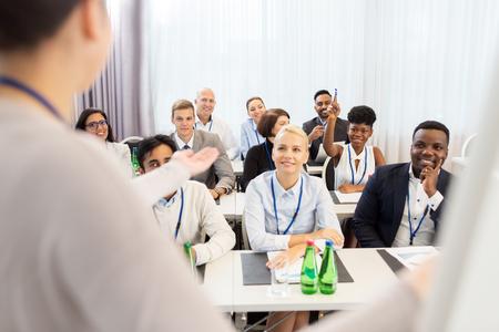 비즈니스 회의 또는 강연에서 사람들의 그룹
