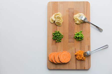 보드에 포크가있는 과일과 야채를 으깬 스톡 콘텐츠