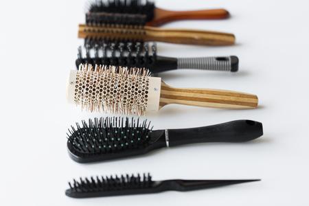さまざまな髪ブラシや櫛
