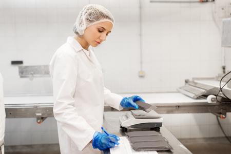 Vrouw die werkt bij ijsfabriek Stockfoto - 87979126