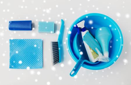 bekken met schoonmaakspullen op witte achtergrond Stockfoto