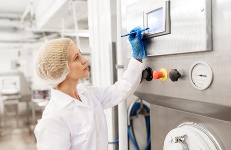 アイスクリーム工場でプログラミング コンピューターの女性 写真素材