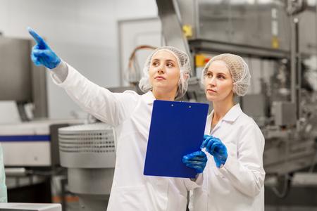 women technologists at ice cream factory 版權商用圖片