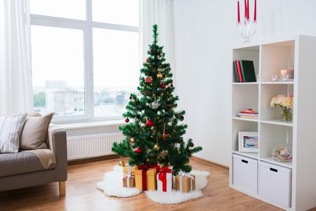 sztuczna choinka i prezenty w domu