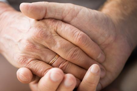 Nahaufnahme von älteren Paar Händchen haltend Standard-Bild - 88214698