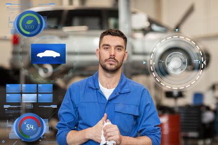 automonteur man of smith op autoworkshop Stockfoto