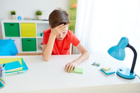 moe student jongen met smartphone thuis