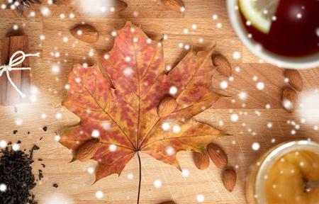 一杯のレモンティーと木の板の上に蜂蜜