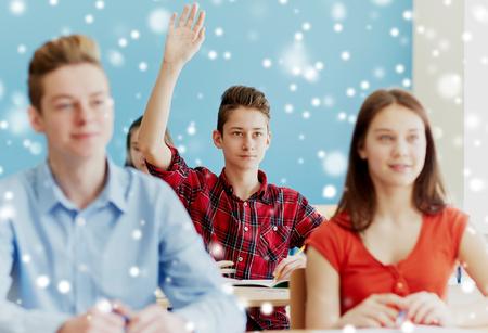 student chlapec zvedl ruku na školní lekci