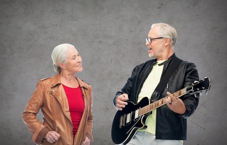 전기 기타와 함께 행복 한 고위 커플 스톡 콘텐츠