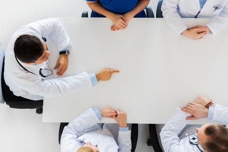 의사가 뭔가 상상의 테이블에 게재