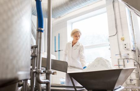 Frau, die an Eisfabrikförderer arbeitet