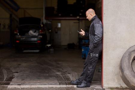 車のサービスで、スマート フォンで自動車整備士