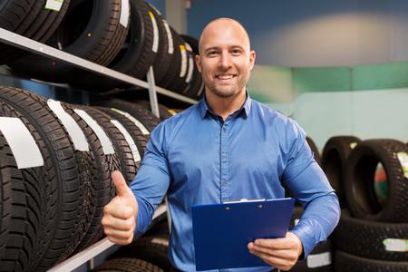 auto bedrijfseigenaar en wielbanden bij de autodienst