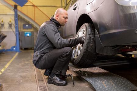 automonteur veranderende autoband op workshop Stockfoto