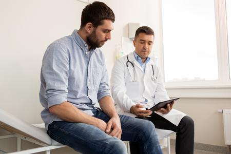 Arts en man met gezondheidsproblemen in het ziekenhuis Stockfoto - 88487598