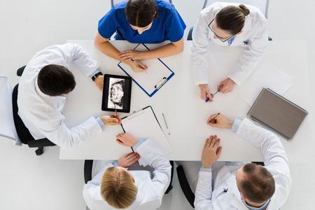 닥터 턱 x 선 클리닉에서 태블릿 pc에 스톡 콘텐츠
