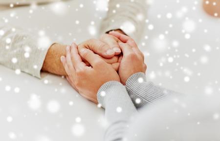 手を繋いでいる昔の人や若い女性を閉じる 写真素材