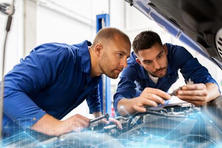 Mechaniker Männer mit Schraubenschlüssel reparieren Auto in der Werkstatt Standard-Bild - 88527149