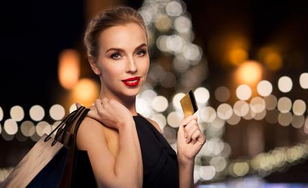 donna con carta di credito e shopping bag