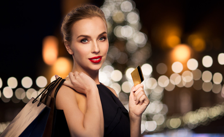 femme avec carte de crédit et sacs
