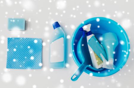 Bekken met schoonmaakspullen op witte achtergrond Stockfoto - 88527232