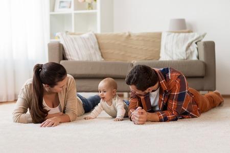 gelukkige familie spelen met baby thuis
