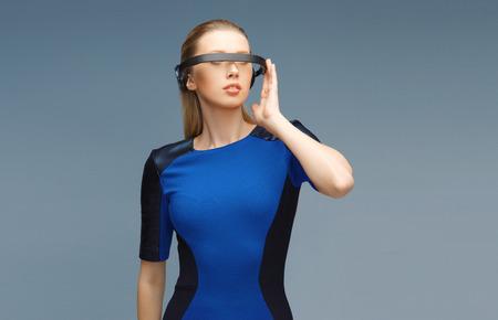 가상 현실 3D 안경에서 아름 다운 여자