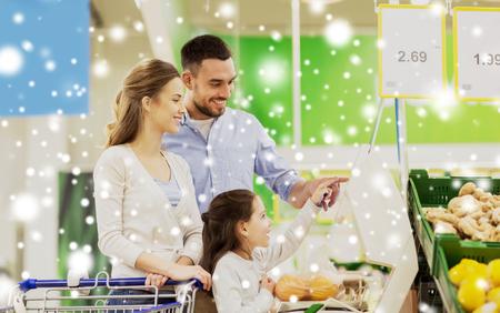 La famille de pesée des oranges à l'échelle à l'épicerie Banque d'images - 88746117
