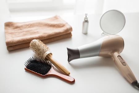 suszarka do włosów, szczotki do włosów, lustro i ręcznik
