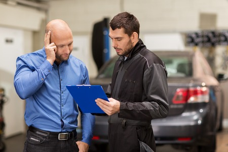 auto mechanic and customer at car shop Stockfoto