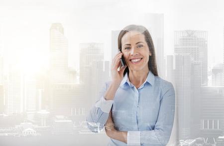 Geschäftsfrau, die um Smartphone im Büro ersucht