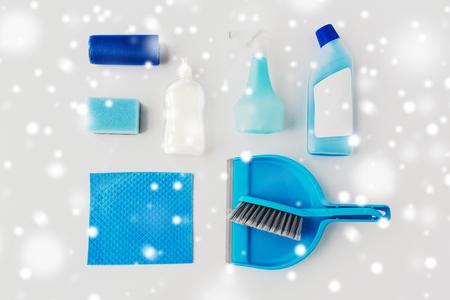 schoonmakende dingen op witte achtergrond