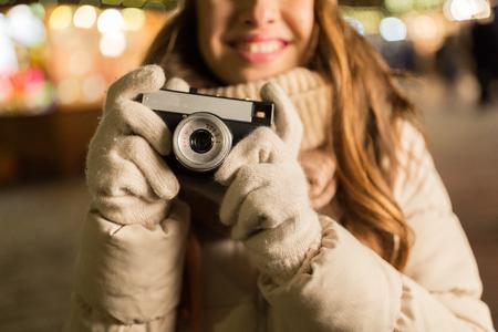クリスマスをカメラで幸せな女のクローズ アップ