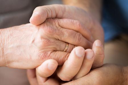 Nahaufnahme von älteren paar Händchen haltend