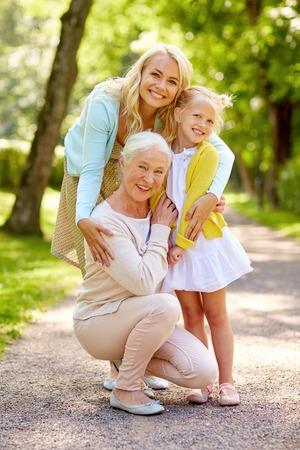 gelukkige moeder, dochter en grootmoeder in het park Stockfoto