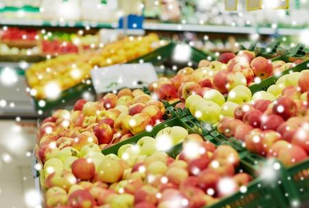 Rijpe appels bij supermarkt of markt Stockfoto - 89290691