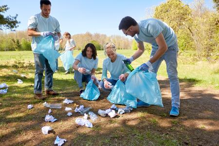 ごみ袋清掃パークエリアのボランティア 写真素材