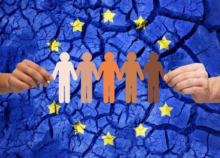 Mani che tengono catena di persone sopra la bandiera dell & # 39 ; Europa