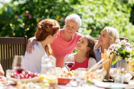 Glückliche Familie mit Abendessen oder Sommergarten Party Standard-Bild - 89306983