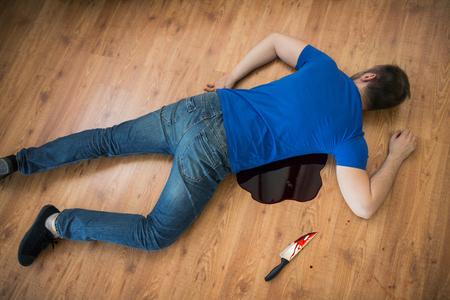 범죄 현장에서 바닥에 누워 죽은 남자 시체
