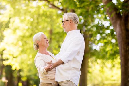 Glückliche ältere Paare, die am Sommerpark tanzen Standard-Bild - 89431018