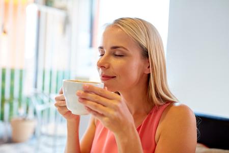 レストランでコーヒーを飲んでいる女性のクローズ アップ
