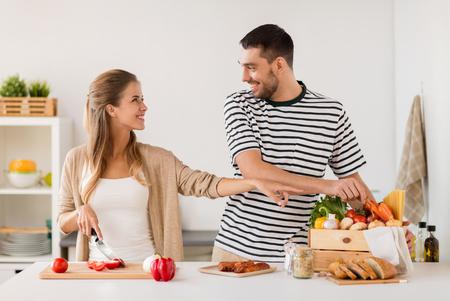 집 부엌에서 음식을 요리하는 행복한 커플 스톡 콘텐츠